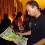Eduardo Marcos observa el cartel del torneo.