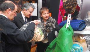 El alcalde, Crescencio Martín, compra un objeto ante Mariano Gredilla y Celina Matilla. / FRAN JIMÉNEZ