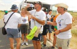 El grupo de peregrinos aprovecha un descanso para beber agua./ F. J.