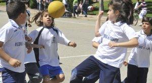 Un grupo de niños disputa un partido en el polideportivo Pablo Cáceres de Medina. :: FRAN JIMÉNEZ