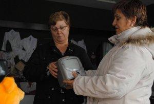 Dos mujeres observan uno de los artículos que se venden en el rastro. :: P. G.